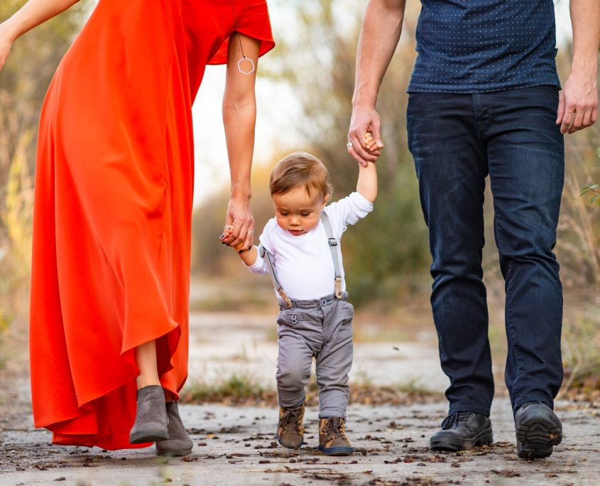 Fotografie documentara de familie in culori de toamna fotograf Dana Sacalov